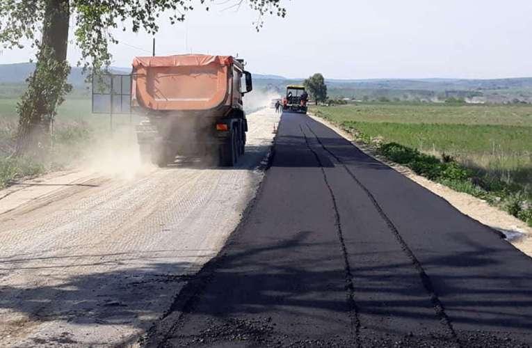 Primii kilometri de asfalt din drumul strategic spre comuna Bălteni, pe lotul II