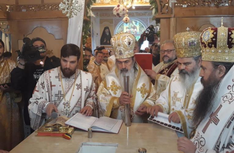 """OMUL SFINȚEȘTE LOCUL: Astăzi, se împlinește un an de la sfințirea capelei cu 4 """"nași"""" episcopi!"""