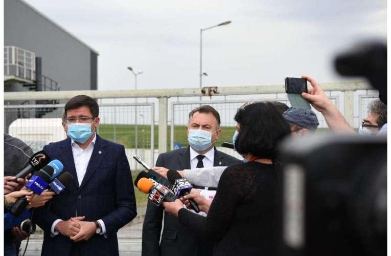 Ministrul Tătaru, ținut în picioare la poarta unui spital din Iași
