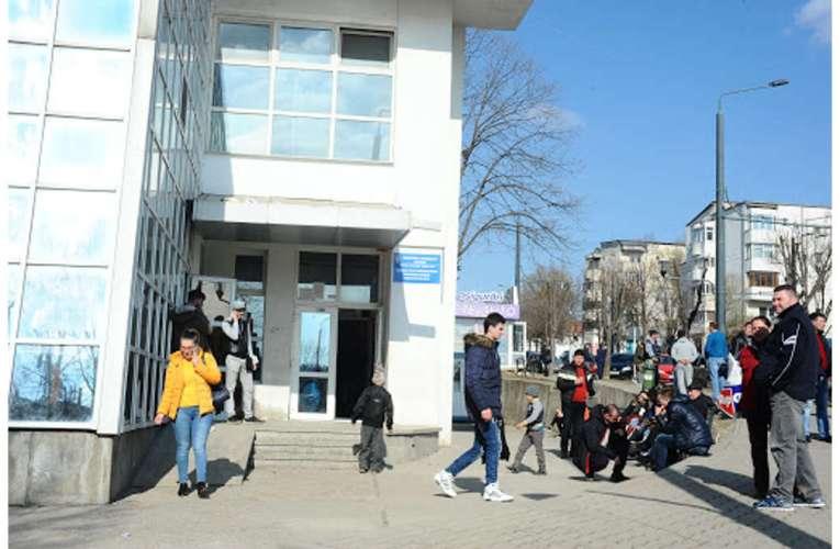 """NEBUNIE: Zeci de moldoveni se """"sacrifică"""" zilnic, pentru un pașaport la Vaslui!"""