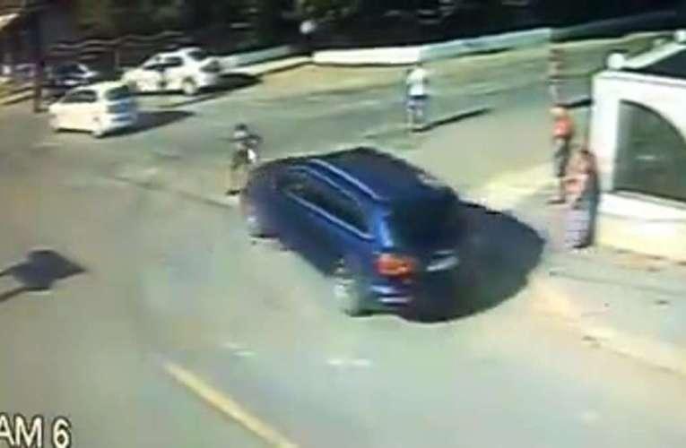 FILMARE REVOLTĂTOARE! Țiganii din Murgeni aruncă cu pietre, în spatele mașinii de Poliție! (VIDEO)