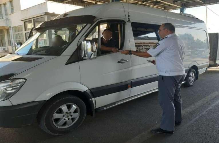 Au revenit microbuzele cu moldoveni la Vaslui. Iată în ce condiții pot veni în România!