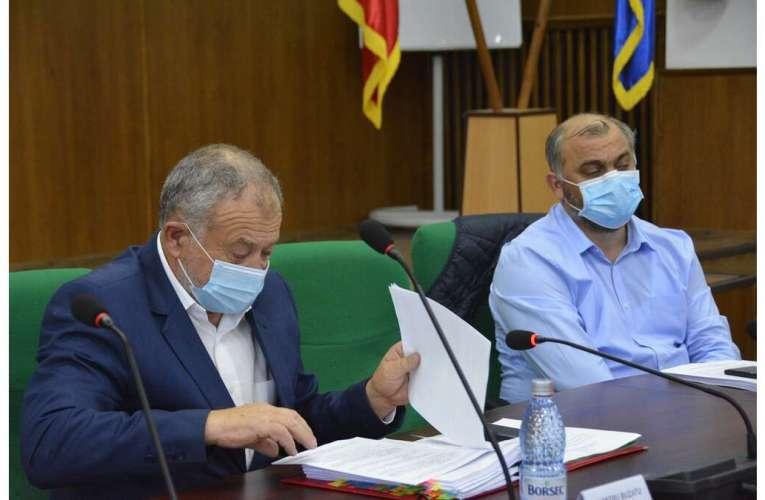Ce surpriză! Buzatu a apărut cu mască, la ultima ședință de Consiliu Județean!