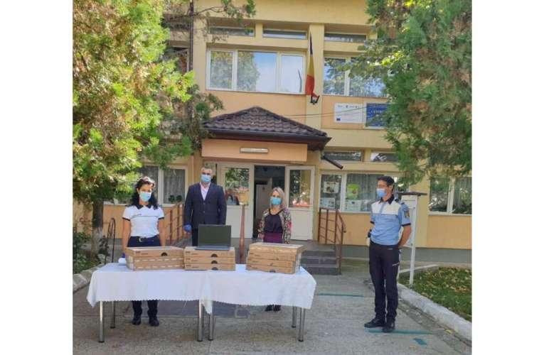 Polițiștii vasluieni, cu sacul plin de laptopuri, la Negrești
