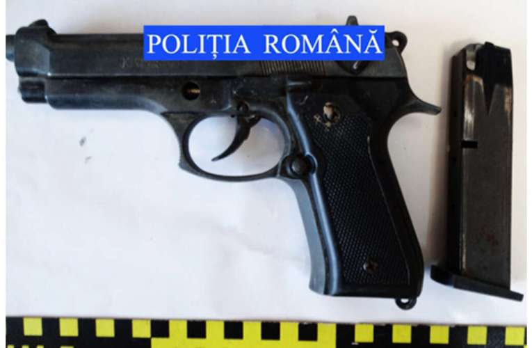 Un pistolar din Albești, luat pe sus de mascați! Avea arme aduse ilegal din Marea Britanie!