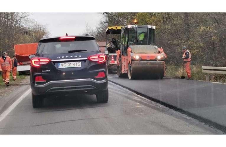 Drumarii de la Viacons Rutier au reparat drumul național Bârlad-Vaslui, în zona pădurii Crasna!