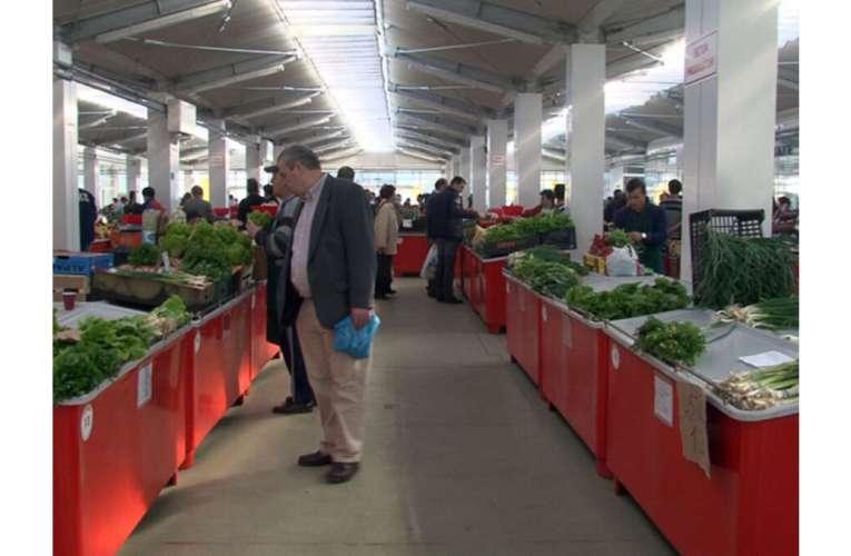 Scandal uriaș ACUM în Piața Traian din Vaslui! Zeci de polițiști locali au luat cu asalt piața!