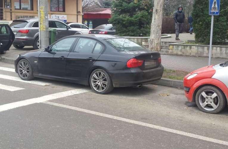 VASLUIANUL Zilei: Un vasluian cu BMW, șmecher mare! A parcat pe trecerea de pietoni!