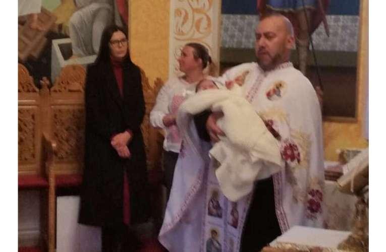 Miracolul din seara Sfântului Nicolae! Un copil abandonat în spital a primit taina Sfântului Botez!