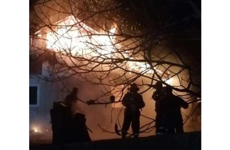 Incendiu violent în Barlad, de la un scurtcircuit electric!