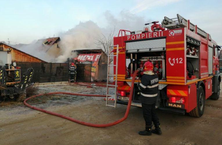 ACUM Arde o casa în comuna Ciocani! Sunt în pericol si alte case!