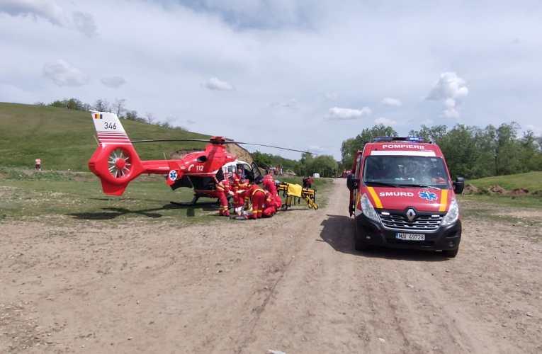 VIDEO Elicopter SMURD la Gura Idrici, comuna Roșiești! Medicii se luptă să salveze viața unei femei de 42 de ani, cu arsuri pe 60% din suprafața corpului!