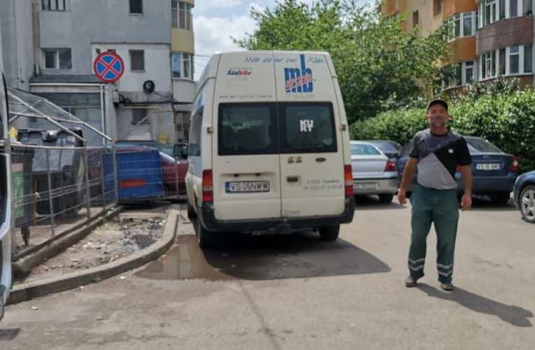 Un șofer nesimțit a blocat autogunoierele din zona Traian! A fost chemată Poliția!