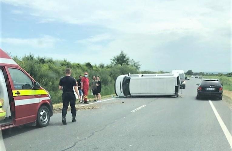Accident SPECTACULOS între Vaslui și Crasna! Un microbuz încărcat cu călători, răsturnat! Este o victimă!