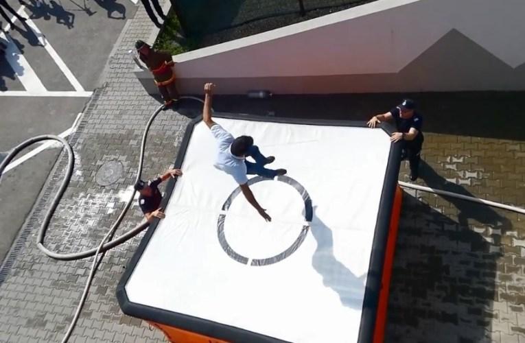 Primarul comunei Hoceni s-a aruncat de pe geamul primăriei, sub ochii celor de la ISU! A fost doar un exercițiu!