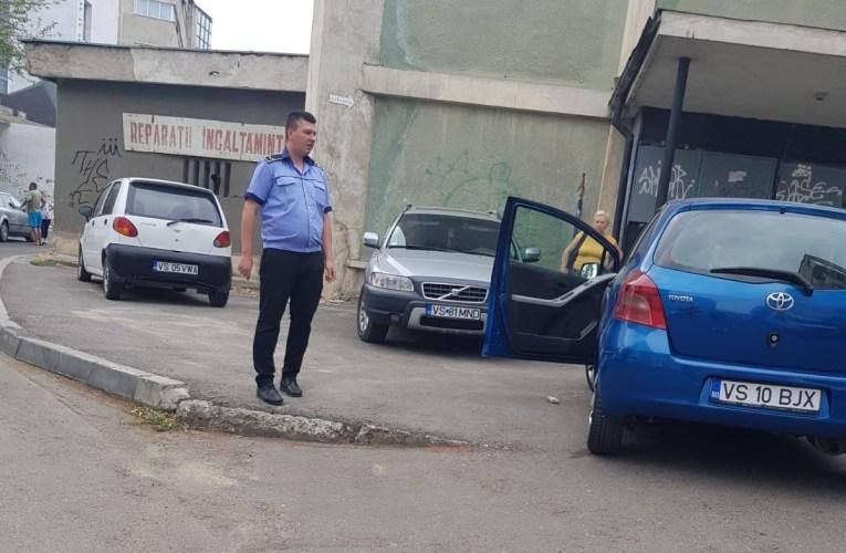 A apărut Poliția Locală la mașina care a blocat locatarii din centrul Vasluiului! Șoferița lucrează la primărie!