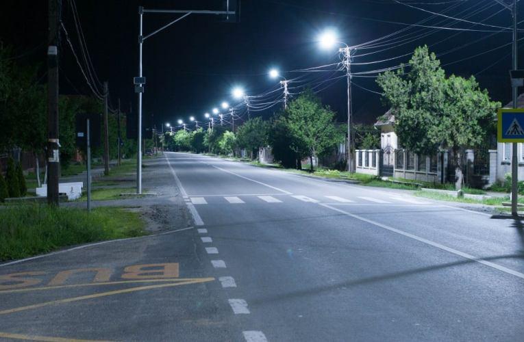 Iluminat stradal modern și la Negrești. Vor fi montate 900 de lămpi cu LED