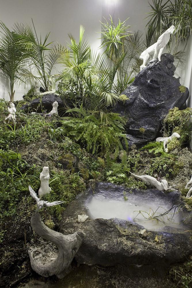 Isabelle DEMERS | Séduction tropicale, 2013, vue d'ensemble de l'exposition, plantes, papier mâché, animaux taxidermisés