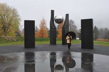 Le Jardin botanique du Nouveau-Brunswick à Edmundston a créé le site « Khronos », une œuvre interactive qui réunit la Terre, le cosmos et l'être humain dans une dimension de création et d'exploration. Le concept exprime le principe architectural de l'Univers ainsi que l'origine du temps et de l'espace.