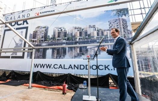 Wethouder Boudewijn Revis onthult naam nieuwbouwproject Laakhaven West in Den Haag