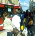 Lång kö för att gå på buss 53 vid Slussen