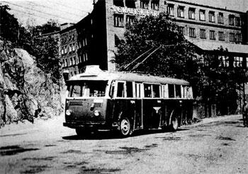 Saltsjöqvarn & Henriksborg, Nacka: Kooperativa Förbundets trådbuss passerar kontorshuset Henriksborg på 1950-talet