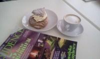 Wiener semla, cappuccino och tidning på Bakarna kafé
