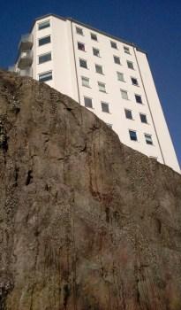 Wåhlin fastigheters hus på Hästholmsvägen 12 på Danviksklippan med lavar som trivs i backen nedanför