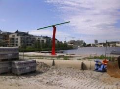 Lugnets terrass med våtmarksanläggning och skulpturen Instabil