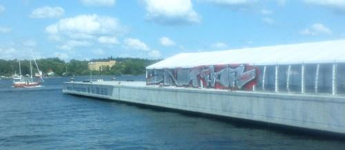 Graffiti-tag på Äventyrskontorets festtält i Finnboda