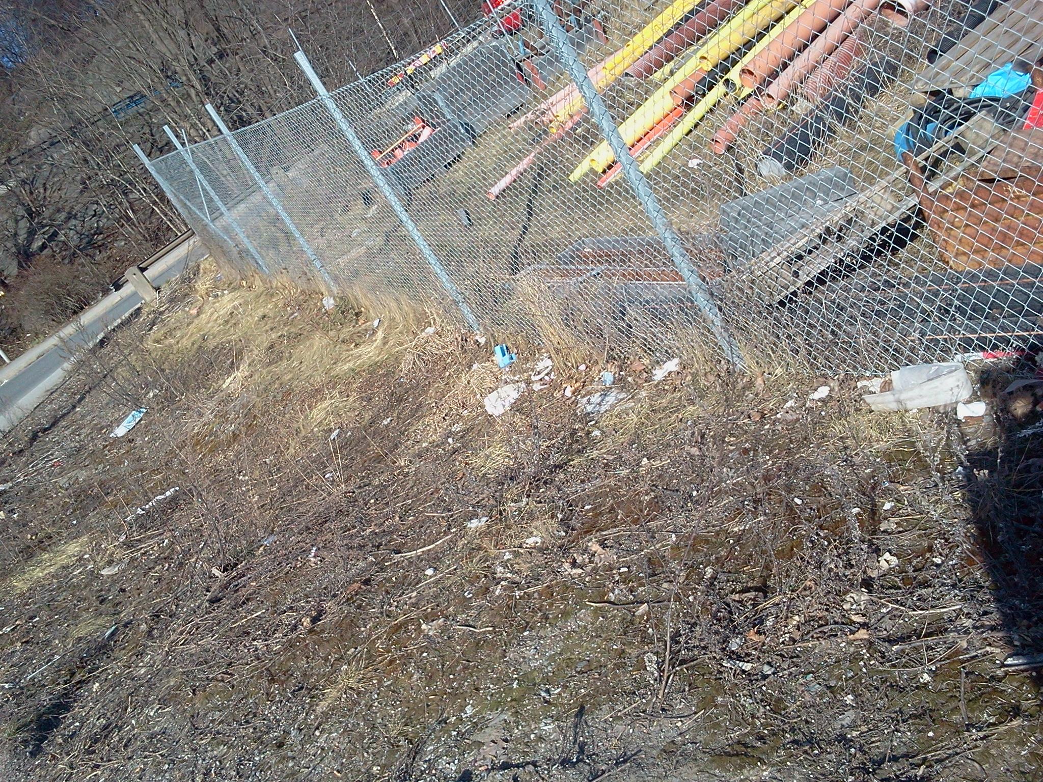 Övergivna grönytor och avfall i början av Kanalvägen
