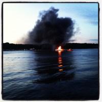 Fritidsbåt brinner utanför Finnboda