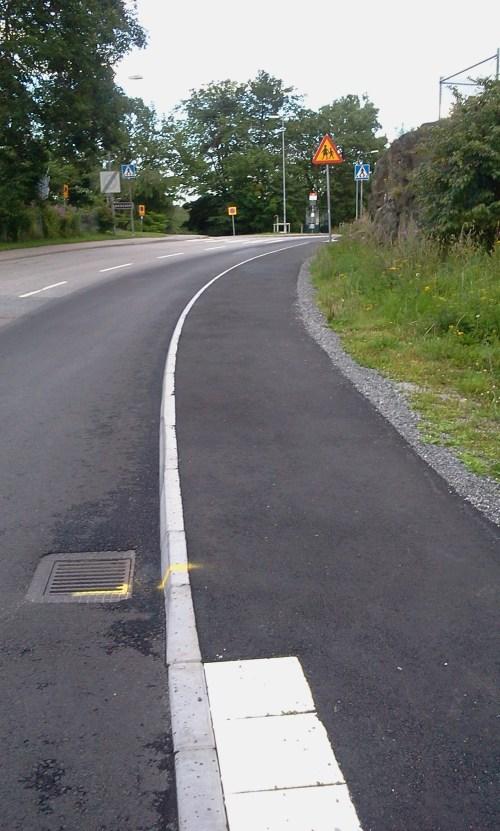 Nyasfalterade bil- och gångvägen på Danvikshemsvägen nedanför Henriksborg