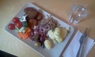 Falafel, kokt potatis, wokade nudlar, oliver och grönsaker på Milou Catering