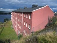 Falurött hus på Finnberget med utsikt över Saltsjön