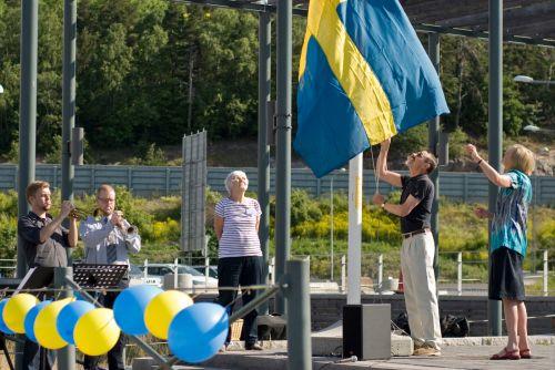 nationaldagsfirande med flagghissning på lugnets terrass (foto: erika tanos)