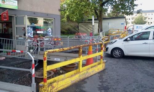 Birka Rör gräver upp kallvattenledningar på Finnberget vid pizzerian Finnberget och gästparkeringen