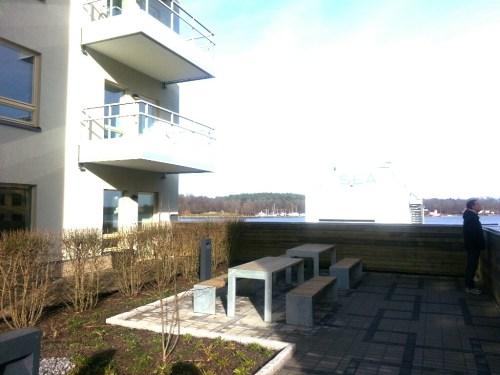 Finnboda, Nacka: En sittgrupp på Finnboda Hamnplans innergård
