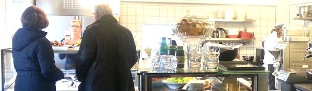 Kvarnholmen, Nacka: Många kunder droppar in hos Bullandö glassfabriken den här söndagen