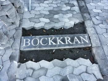 Gatsten påminner om bockkran i Finnboda varv