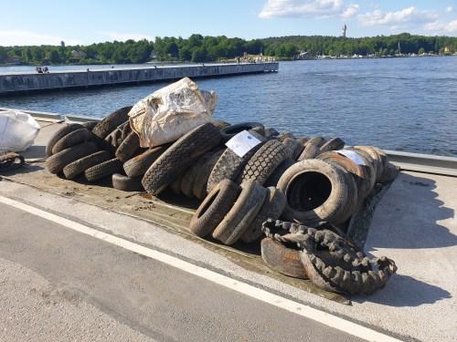 Rena Mälaren fiskade efter bildäck i Finnboda
