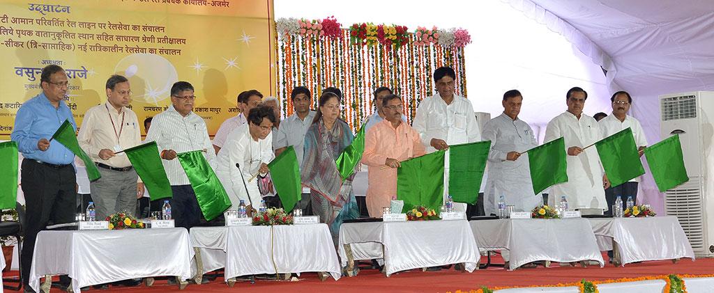 cm-inaugural-function-jaipur-railway-station-suresh-prabhu-AKS_4102