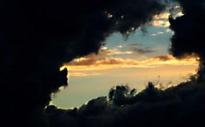 Beyond the black clouds was Light Detrás de la oscuridad siempre está la luz