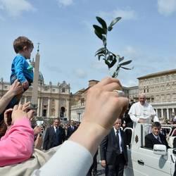 (©Afp) Il Papa nella Domenica delle Palme