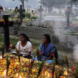 Chrisitan women pray in India