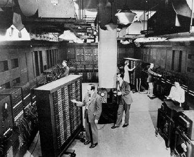 J Presper Eckert dan John Mauchly di depan ENIAC