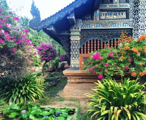 Chiang Mai, Thailand temple https://vaycarious.com/2017/02/01/flowers/