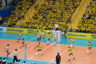 ブラジル銀行のスポンサーの継続が決まり、再び体育館は黄色い応援団で一杯になった。撮影:唐木田真里子