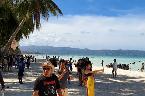 Hút thuốc, uống rượu và xả rác bị cấm trên các bãi biển Boracay. Ảnh: Coconuts.