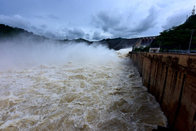 vietnamese-thrill-seekers-risk-life-and-limb-to-catch-breathtaking-glimpse-of-southeast-asias-largest-dam-9